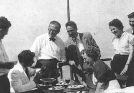 Teddy Pilley (con pajarita) con Elie Wiesel y otros intérpretes en Ginebra en 1953. Foto © de Elie Wiesel